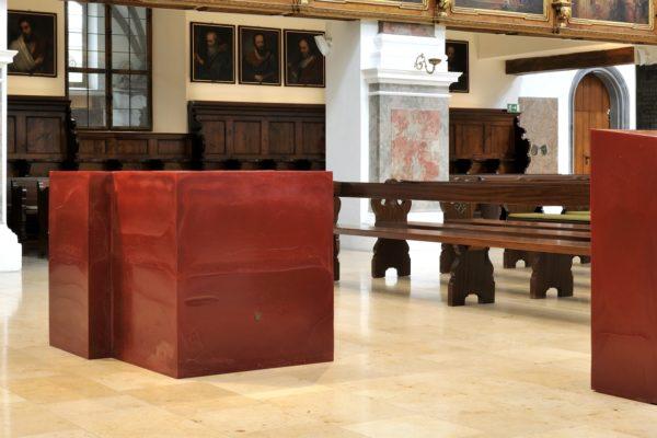 Für Altar und Ambo aus rotem Wachs für die Annakirche in Ausgburg erhielt das Künstlerpaar Lutzenberger und Lutzenberger 2014 den landeskirchlichen Kunstpreis.