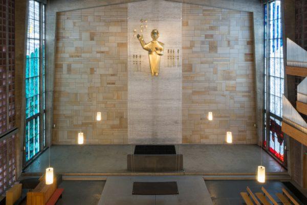 Für die Nürnberger Christuskirche schuf Meide Büdel einen von der Decke herabhängenden Altar.