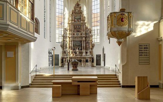 Für St. Moriz in Coburg schuf Werner Mally 2016 einen modularen Holzaltar.
