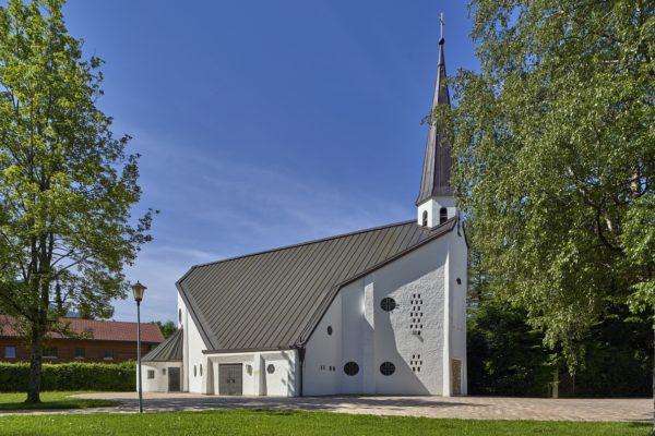 Die Kreuzigungsdarstellung von Meide Büdel an der Fassade der Auferstehungskirche in Rottach-Egern.