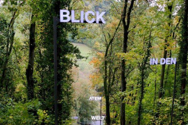 Die Wort-Installation im Park des Wildbads Rothenburgs der Artists in Residence 2020 Breathe Earth Collective aus Graz.