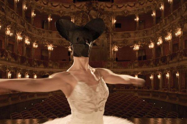 Aus dem Video Transformation der Tänzerin von Herbert Nauderer zum Lichtmess-Gottesdienst 2021 in der Petruskirche Neu-Ulm.